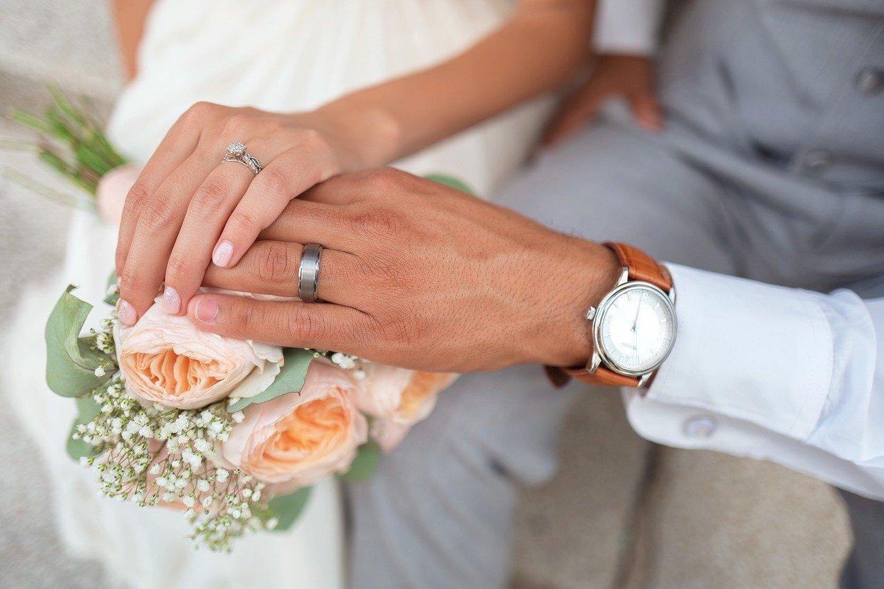 鈴木直道の結婚した嫁がブサイクと言われる画像は?妻の学歴や年齢、知事より年上?